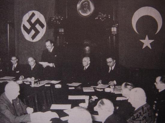 18 Haziran 1941'de, Nazi Almanyası ile Türkiye arasında saldırmazlık paktı imzalanırken, Almanya Türkiye Büyükelçisi Franz von Papen ile dönemin Dışişleri Bakanı Şükrü Saraçoğlu.