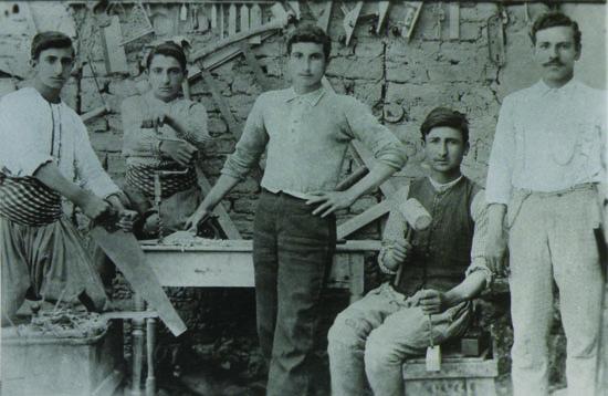 Harput Hüseynik'te, marangozlar atölyede.  (Kaynak; Aharonyan, a.g.e.)