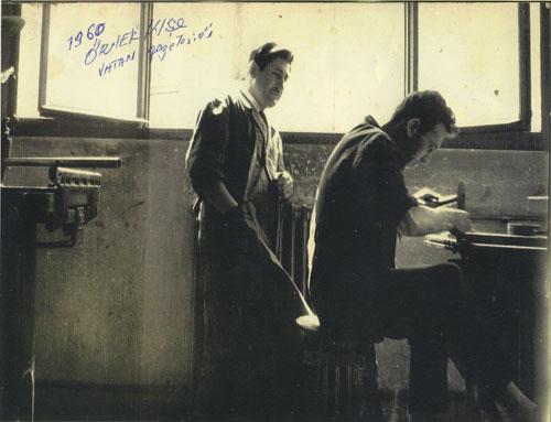 Vartan Melikyan ve çırağı, Vatan Gazetesi için örnek klişe hazırlarken. (1960)