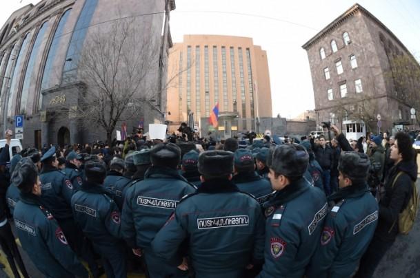 Yerevan'da toplanan kalabalık Gümrü'de yaşanan olayları protesto etmek için Rusya Büyükelçiliği'ne yürüdü. Polis eylemcilere göz yaşartıcı gaz ve copla müdahale etti.