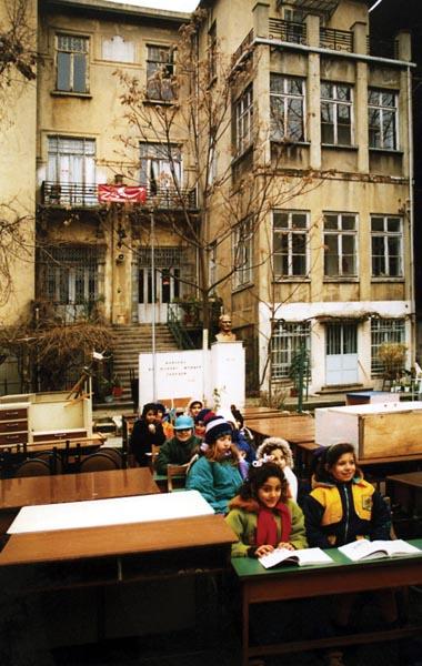 Tahliye edilen Bomonti Mıhitaryan İlkokulu binası ve okulun bahçesine taşınan sıralarda ders yapan öğrenciler (Şubat 1999)