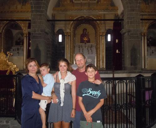 Sarah Leah Whitson, 2013 yılında Diyarbakır'da ziyaret ettiği Surp Giragos Kilisesi'nde ailesiyle.