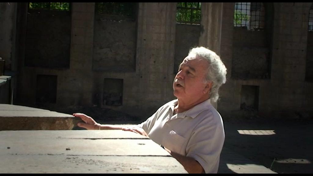 Garod belgeselinden; Surp Giragos Kilisesi mihrabı önünde.