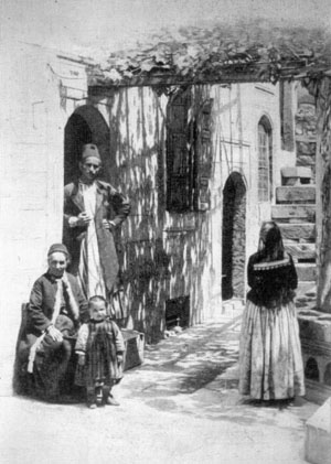 Kayseri'de bir Ermeni evi. ('1915 Öncesinde Osmanlı İmparatorluğu'nda Ermeniler', Raymond Harutiun Kévorkian ve Paul Paboudjian, Aras Yayıncılık, İstanbul 2013)