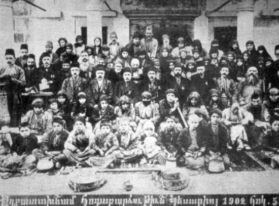 Kayseri Yerel Hayırseverlik Cemiyeti yürütme konseyi toplu halde. (5 Ekim 1902)