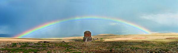 """Solda Türkiye, sağda Ermenistan ve Ani'deki Surp Pırgiç Kilisesi, 2012. Baron Sarkis Seropyan'ın bu fotoğraf için yazdığı ve kitapta yer alan metinden:""""Daha da güvenli bir İpek Yolu ise tarihsel başkent Ani'den geçiyor ve 1000 yıl öncesine kadar kullanılıyordu. Uzun süreden beri kesintiye uğrayan bu yolun Arpaçay (Akhuryan) üzerindeki köprüsünü kötü ruhlar yok etmiş. Açılıp kapanabilen köprünün ayakları nehrin iki yakasında iki yakın-uzak komşu gibi ayaktalar hâlâ. Ancak zaman zaman doğan bir gökkuşağı, iki insanlarla alay edercesine, yükseklerden bu anlamsız kopukluğu izleyerek ülkeyi bağlayan bir köprü oluşturur..."""""""