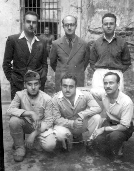 Ayakta Aram Pehlivanyan, Dr. Hayk Açıkgöz, Jak İhmalyan, Ermeni bir asker, Barkev Şamikyan ve adını bilmediğimiz biri. Harbiye Orduevi'nde hapis günler. (Jak İhmalyan arşivi)