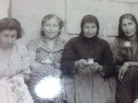 Küçük ablam Takuhi (-1991), küçük teyzem Vartanuş (-2001), anneannem Homosi (-1964), annem Maryani (-1998). Develi'deki evin avlusunda/1954