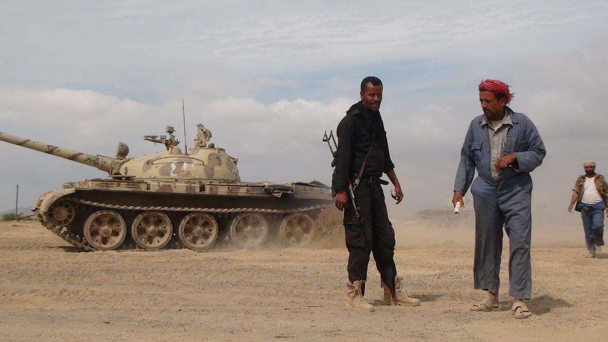 Husiler'in Aden'e girmesiyle birlikte kentte yer yer silah sesleri duyuluyor. Genel Halk Komitesine bağlı silahli milisler ve zırhlı araçlar, Aden Komutanlığında bekleyişini sürdürdü. (AA)
