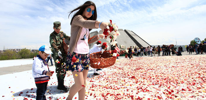 Soykırım anıtına bırakılan çiçekler ölümsüzleşiyor
