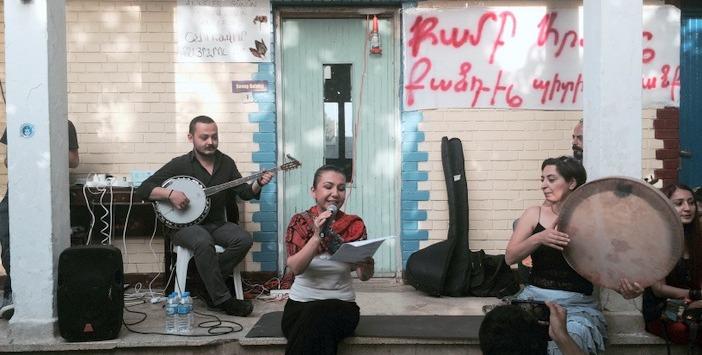 Kardeş Türküler, Kamp Armen nöbetindeydi