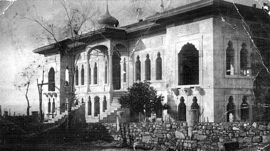 Günümüzde Sinop İl Jandarma Komutanlığı'nın misafirhanesi olarak kullanılan binanın ilk fotoğraflarından biri. Kubbe, giriş kapısının üstündeki çatıda. (Kaynak: Zeynel Zeki Özcanoğlu-İsmail Ulus'un 'Açıklamalı Sinop Kitabeleri' adlı kitabı.