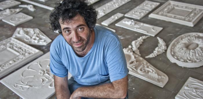 Cezayirliyan'ın kartonpiyer atölyesi Bienal'e taşındı