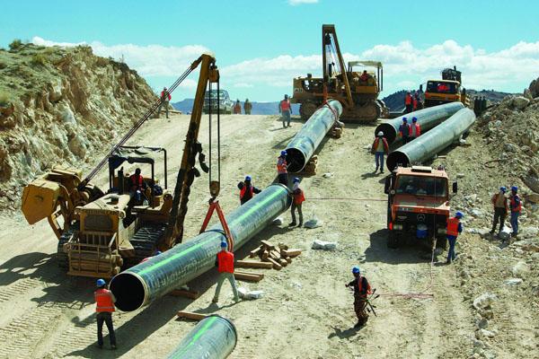 """Bakü-Tiflis-Ceyhan Boru Hattı projesine dahil edilmeyen İran ve Ermenistan, """"İran-Ermenistan doğalgaz Boru Hattı'nı"""" inşa etmeye yöneldiler."""