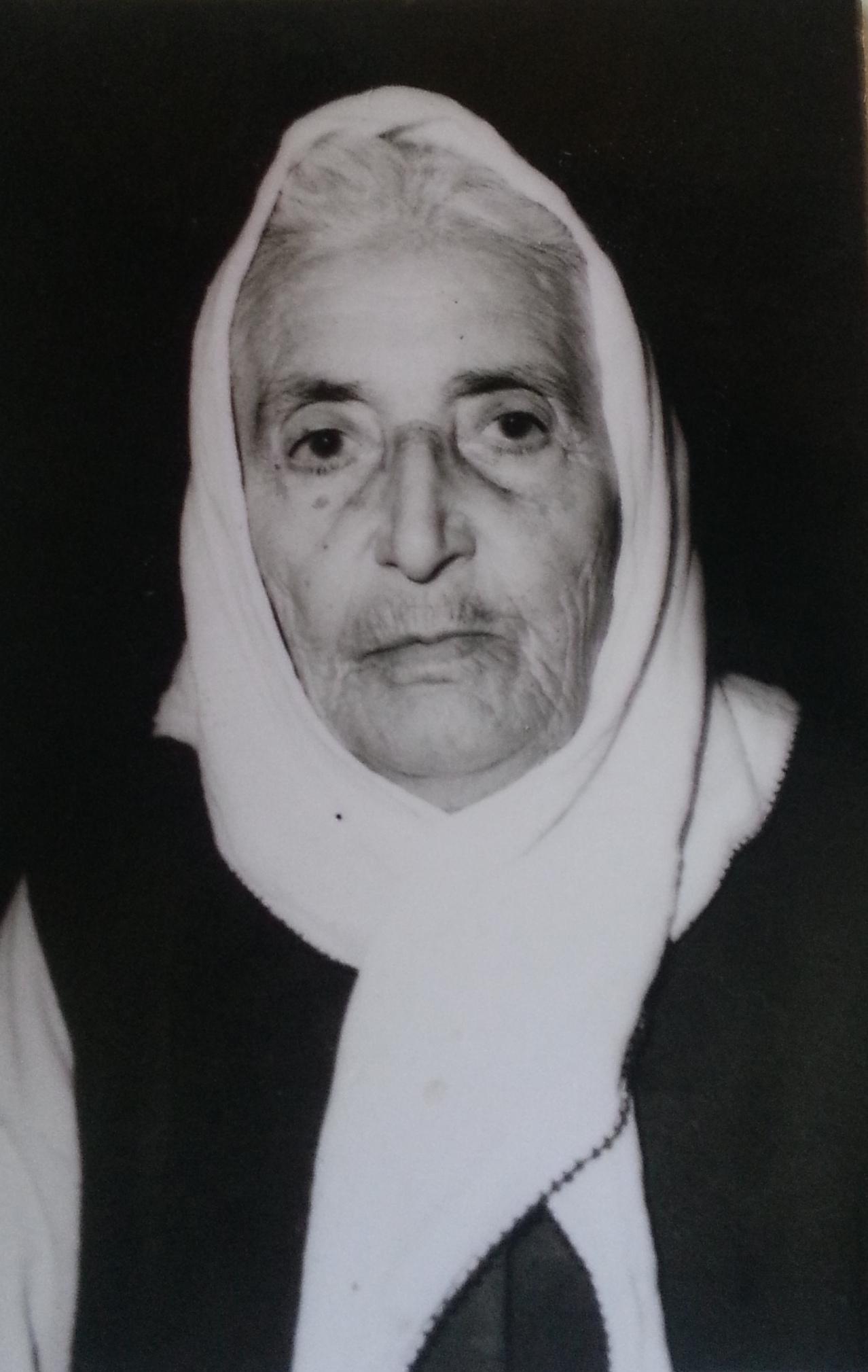 Eminbeyoğlu Mehmed Bey'i Sivas Kongresi fotoğrafında teşhis eden Zarig'in kızı Hiranuhi'den bir bu vesikalık fotoğraf kalmış.