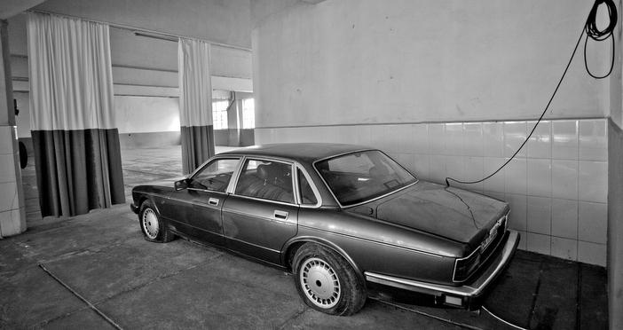 'Bir Ritim Mekânı - Otopark' projesinin bir parçası olan bu eski Jaguar, 1986'daki milletvekili ara seçimlerine damgasını vurmuş bir olaya gönderme yapıyor. ANAP'ın lideri Turgut Özal'ın davulcu damadına hediye edilen Jaguar marka lüks otomobil, Büyük Anadolu Partisi'nin (BANAP) alay konusu olmuş, hatta bir dönem partinin ambleminde yer almıştı. Cevdet Erek, bienal projesine ev sahipliği yapan otoparkın bodrum katında unutulmuş, atıl haldeki, aynı marka arabayı bir bas hoparlörüne dönüştürerek yerleştirmeye dahil etmiş.
