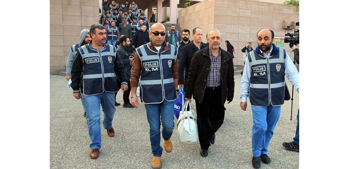 """İzmir """"Paralel yapı"""" soruşturmasında 17 tutuklama"""