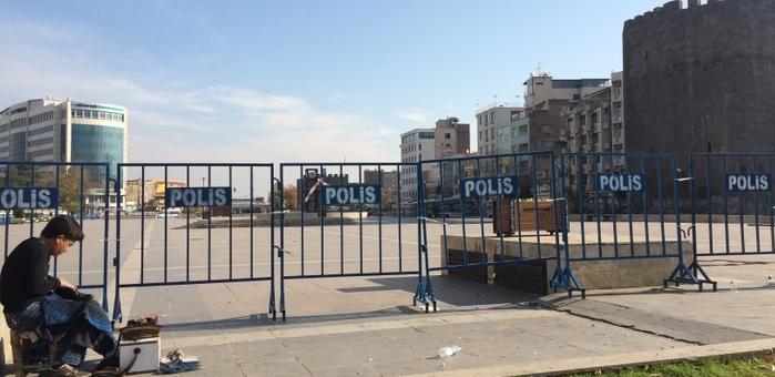 Diyarbakır'da hendek giderek derinleşiyor