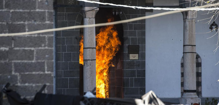 Sur'da Kurşunlu Camii yanıyor