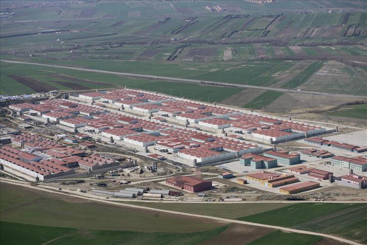 Silivri gibi 10 bin kişilik hapishanelerin yapılmasıyla çok sayıda kompleks fabrikaların kurulmasına da olanak sağlanıyor.