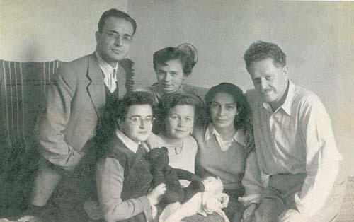 Necil Togay, Gün Benderli Togay, altta Yıldız Sertel, Fatma ve Nazım Hikmet Moskova'da.