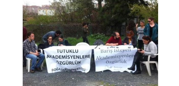 Tutuklu akademisyenler için nöbet başladı