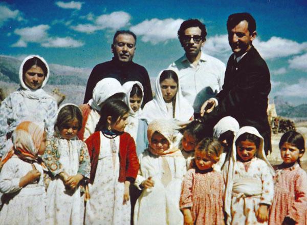 Ohannes Yünkes, Hrant Güzelyan ve Der Giragos Tokatlıyan Cudi Dağı'nın eteklerinde Silopili çocuklarla.