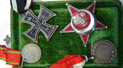 Mesrobyan'ın  üçü Osmanlı  biri Almanya'dan olmak üzere aldığı madalyalar.