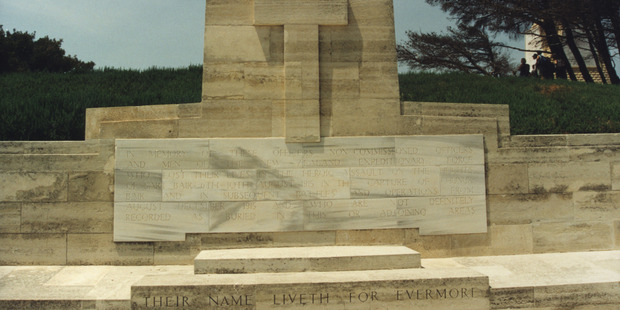 Conk Bayırı'ndaki Yeni Zelanda Anıtı - Robins: Anzaklarla Ermeni Soykırımı arasındaki bağlantı esasında 8 Ağustos 1915'teki Conk Bayırı Muharebesi'yle başlıyor. Wellington, Aucklander ve Otago taburlarından esir düşmüş 23 asker sonraki birkaç sene içinde Çanakkale'de gördüklerinden çok daha fazla ölüme tanık oldular.