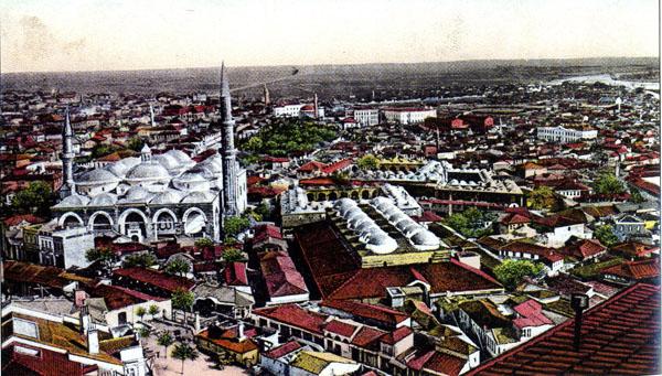 Selimiye Camii'nden çekilmiş bir fotoğraf. Eski Cami; ön planda, Ermenilerin dükkânlarının bulunduğu Bedesten ve arkada Rüstem Paşa Kervansarayı. Tanıklıklar, avlunun ortasında Sinan tarafından inşa edilen 1877-88 Rus harpleri sırasında yıkılan bir çeşme ile bir cami bulunduğunu belirtiyorlar. Kartpostal: Jv. D. Bajdaroff, Sofya (Roy Arakelian koleksiyonu)