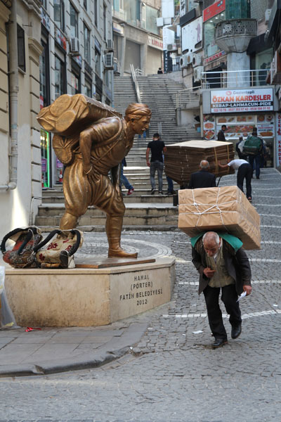 """Elif Bekaroğlu: """"Fotoğrafçılık yarışması açıklanınca hemen bir konu düşünmeye başladım. Kameramı aldım, İstanbul'u sokak sokak gezdim. Bence İstanbul'u en iyi anlatan semtlerden biri Eminönü. Bu fotoğrafı da Eminönü'nün bir ara sokağında çektim. 'İnsansız fotoğraf, fotoğraf değildir' görüşünü benimsemiştim. İlk denememde başarısız oldum. Ardından fotoğrafı çektiğim yerin karşısına geçtim, bir sandalye buldum, bir saat boyunca bekledim ve sonunda fotoğrafı çektim. Beklediğime değdiğini düşünüyorum."""""""