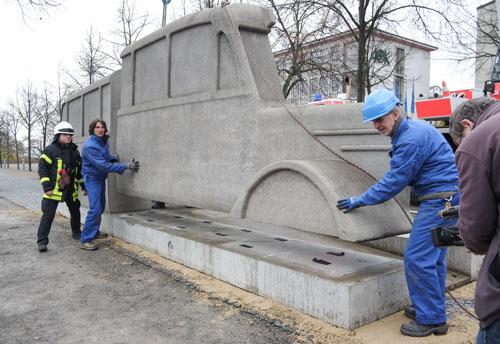 'Gri Otobüsler Anıtı', 2007. 70 ton ağırlığındaki bu otobüs, İkinci Dünya Savaşı sırasında katledilen 300 binden fazla fiziksel ve zihinsel engelli bireye ithaf edilmiş. Bugüne kadar 6 bin 500  kilometre yaparak Almanya'nın çeşitli şehirlerinde sergilenen anıt, 2017'de Frankfurt'a taşınacak.