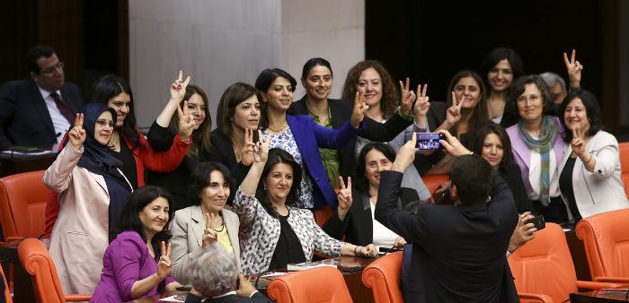 HDP'lilerin 30 fezlekesi Diyarbakır'a gönderildi, 130'u ise yolda