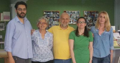 Solda Dimitris Cukatos gazetenin ve kitapevinin yeni nesil sahibi oğlu; soldan ikinci Pepi Cukatos gazetenin sahibi; ortada Statis Arvanitis; sağdan ikinci Roza Doriza kitabevinin ve gazetenin sekreteri, en sağda ise Stefania Kakani, gazetenin ve kitapevinin grafik işlerinden sorumlu.