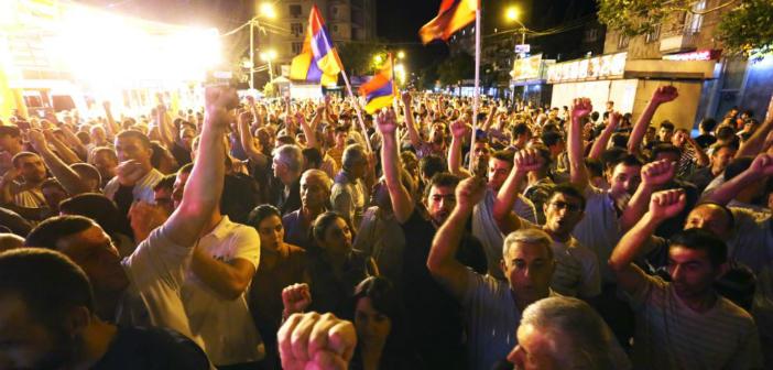 Ermenistan'da polis merkezi baskınında iki kişi yaralı