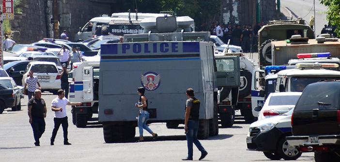 Ermenistan'da silahlı bir grup polis merkezini bastı, rehineler var