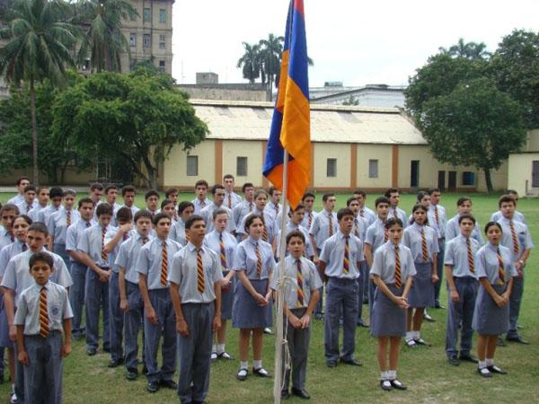 Kalküta'da bulunan Ermeni Okulu'nun öğrencileri Ermenistan'ın bağımsızlığını kutluyor.