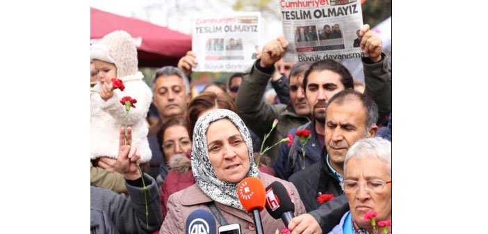 """Saturday Mothers"" stand in solidarity with Cumhuriyet"