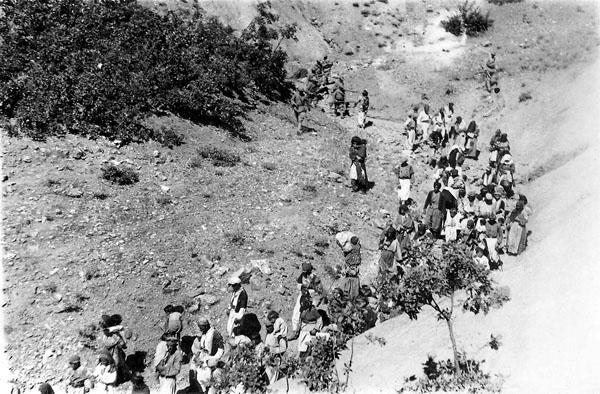 Halvoriye (Karşılar) köylüleri ölüme götürülürken, 14 Ağustos 1938 (s. 336)