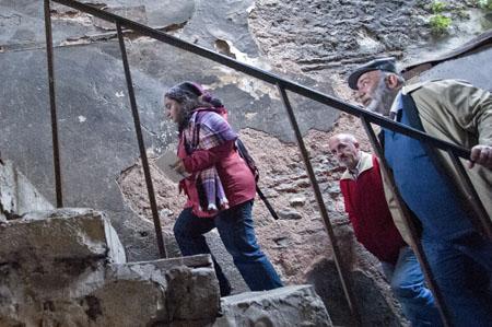 Minas Oflaz'la (ortada) birlikte çocukluğunun merdivenlerini tırmanırken