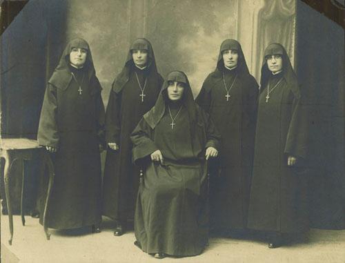 Oturan, Başrahibe Ağavni Köseyan; arkada soldan sağa, rahibeler Nevrig Pasmanyan, Zarmuhi Mihrabyan, Maryam Köseyan ve Arusyag Mıhitaryan