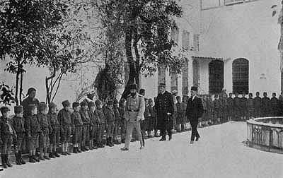 Cemal Paşa Şam'daki Ermeni yetimhanesini ziyaretinde, 1917