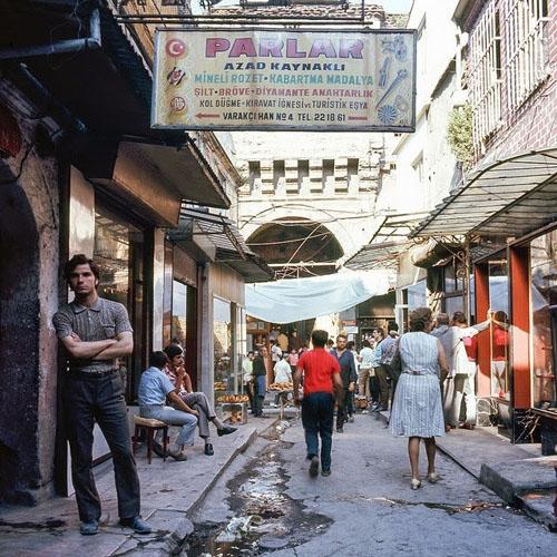 Esrarengiz Varakçı Han'ın izini sürerken internette Charles Samz'ın 1971 yılında bir gezi esnasında çektiği Eski İstanbul fotoğraflarına rastladım.  Bundan tam 45 yıl önce  turistik amaçla İstanbul'a gelen amatör fotoğrafçının objektifinden yansıyan Varakçı Han, tıpkı diğer kareler gibi kaybedilen güzelliğin görsel kanıtı. Fotoğrafçının çalışmaları Boston Üniversitesi'nin International Center for East Asian Archaeology and Cultural History arşivinden çıktı.