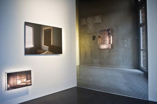 Soldan Sağa: 'Soğuk Vitraylar N.1' 2015, 'İsimsiz' 2017 (Sanatçının anne ve babasının yatak odasından bir görüntü üzerine kurguladığı yağpıtı), '1971-2016' 2017 (Sarkis'in 45 yıl ardından ayrıldığı atölyenin boş duvarlrının ve orada bıraktığı izleri yaşatan çalışmalarından) 'Duvarı Boş Vergniaud N.5' 2016')