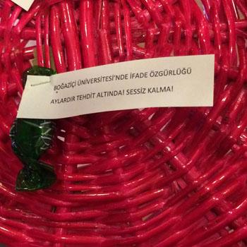 Öğrenciler etkinlik öncesinde, son dönemde yaşanan etkinlik iptallerine şeker dağıtarak tepki gösterdi.