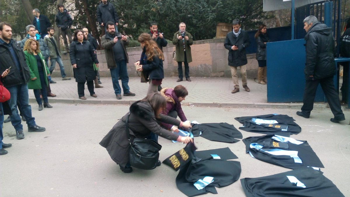Police attacks academics in Ankara University