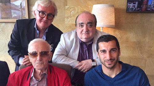 Ermeni Ulusal Futbol Takımı kaptanı ve Manchester United oyuncusu Henrikh Mkhitaryan Yerevan ziyareti sırasında ünlü şansölye Charles Aznavour ile buluştu.