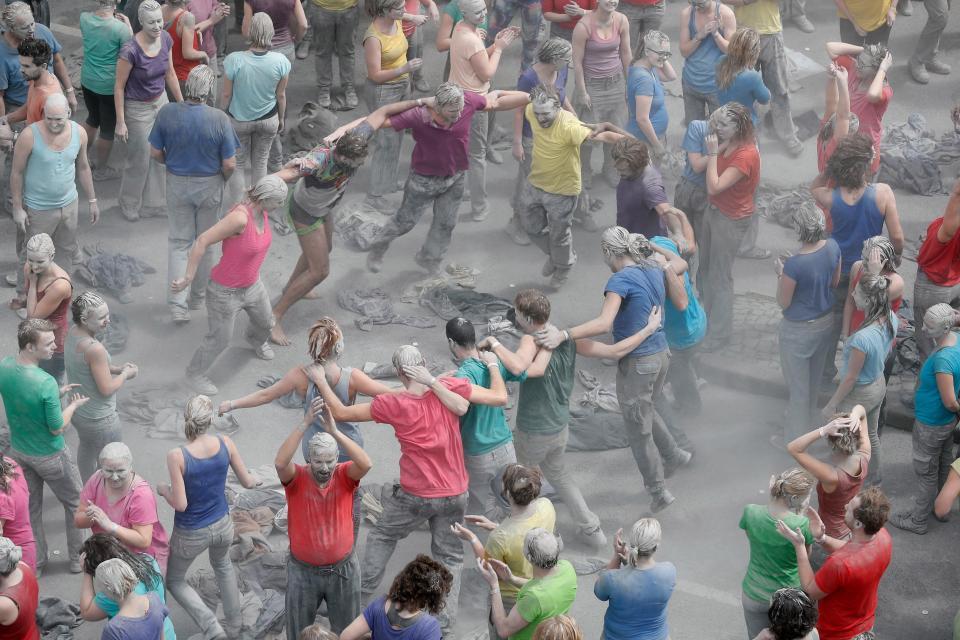 'Zombi' protestosunun bitiş noktasında eylemciler gri kıyafetlerinden sıyrıldı.