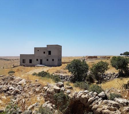 Deyr Hadad manastırı SİT alanına tecavüz eden kaçak inşaat ve çekilen duvar