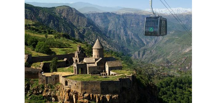 Tatev Manastırı üzerinde sonbahar uçuşları